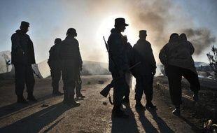 Neuf policiers afghans ont été tués par des talibans aidés par un policier infiltré lors d'une attaque de nuit dans le sud de l'Afghanistan, ont annoncé jeudi les autorités locales.