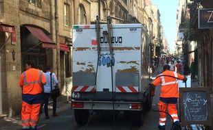 Depuis dimanche, c'est la société Suez qui assure le nettoyage du périmètre historique de la ville de Bordeaux.