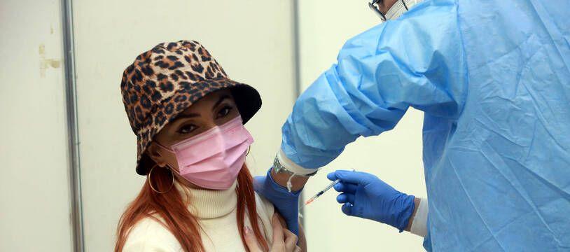Une femme qui se fait vacciner à Bucarest, le 23 octobre 2021.