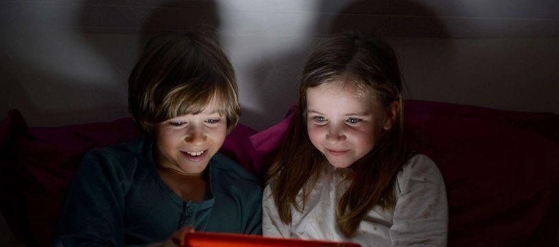 La lumière bleue des LED, que l'on retrouve dans tous nos écrans, a un effet toxique sur la rétine et le sommeil, surtout chez les enfants.