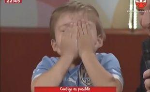 Un enfant ému après des messages de Neymar, Messi et Suarez lors du Téléthon uruguayen.