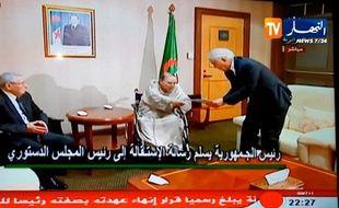 Abdelaziz Bouteflika a remis sa démission ce mardi sa lettre de démission au président du Conseil constitutionnel Tayeb Belaiz, en présence d'Abdelkader Bensalah, président du Conseil de la nation.