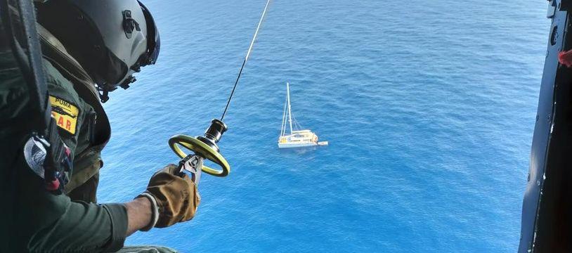 Un hélicoptère de l'armée est venu hélitreuiller les rescapés, secourus par un voilier