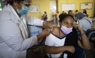 Une enseignante reçoit une dose de vaccin Sinopharm, à Caracas le 25 mars 2021.