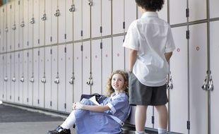 Des enfants qui portent un uniforme à l'école.