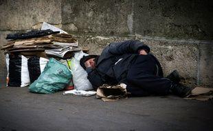 Un sans-abri dort dans une rue de Paris le 10 mars 2016