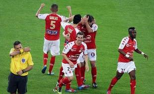 Reims, 2e, a quasiment les deux pieds en Ligue 1 après son succès à domicile face à Monaco (2-0) qui le met, sauf improbable retournement de situation, hors de portée du 4e, Clermont