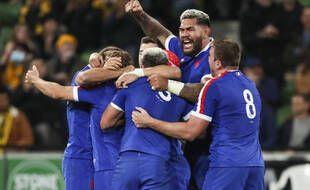 Le XV de France célèbre sa victoire contre l'Australie.