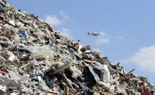 """Quelque sept tonnes de déchets abandonnés sur les pistes cet hiver par les skieurs ont été ramassées ce week-end sur six domaines des Pyrénées, selon l'association N'Py à l'origine de l'opération """"Montagne Propre""""."""