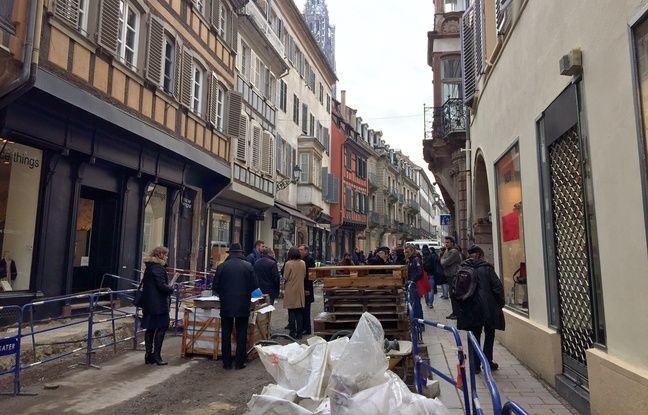 Travaux rue des Juifs pour la mise en place d'une zone de rencontre.