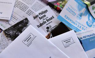 Des tracts politiques distribués par Adrexo pour le 1er tour des élections régionales et départementales.
