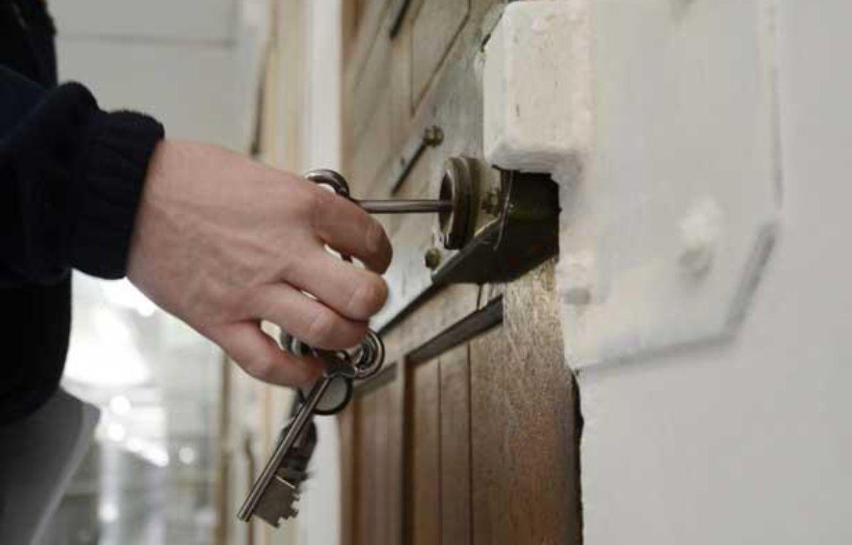 Un gardien ouvre une porte de la prison des Baumettes, à Marseille, le 6 mars 2013. – ANNE-CHRISTINE POUJOULAT / AFP