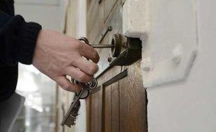 Un gardien ouvre une porte de la prison des Baumettes, à Marseille, le 6 mars 2013.