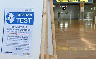 Un panneau indiquant des test antigéniques à l'aéroport de Marseille, le 28 octobre 2020.