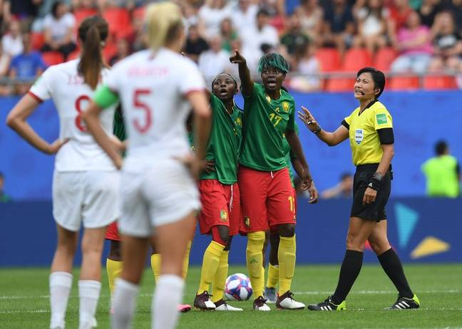 Les Camerounaises protestent contre les décisions prises avec la VAR, lors du 8e de finale contre l'Angleterre.