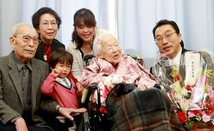 Misao Okawa, entourée par sa famille lors de ses 117 ans le 5 mars 2015...