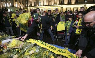 Des supporters déposent des fleurs pour rendre hommage à Emilinao Sala, disparu dans un accident d'avion.