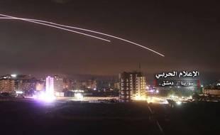 Photo diffusée par l'armée syrienne de missiles israéliens abattus par la défense anti-aérienne à Damas, le 10 mai 2018.