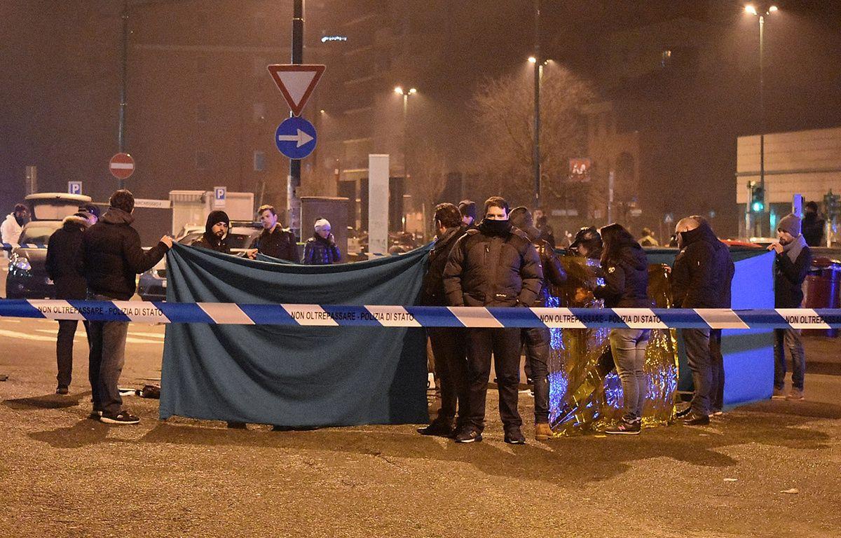 Les experts de la police italienne, à l'endroit où a été abattu Anis Amri, le 23 décembre, à Sesto San Giovanni. – DANIELE BENNATI / AFP