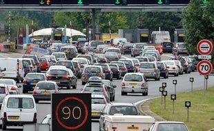 Départs en vacances chargés sur les axes routiers, ici à un péage sur l'A10