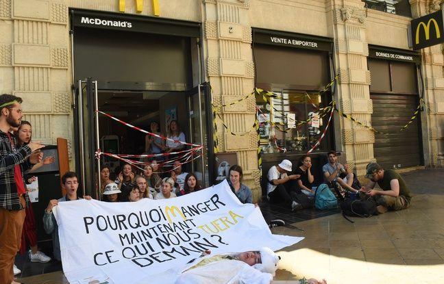 Bordeaux: Des jeunes écolos bloquent un McDonald's qu'ils assimilent à «une scène de crime écologique»
