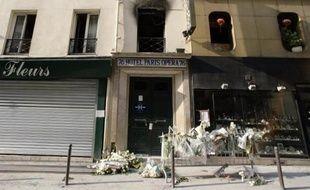 Des fleurs déposées en hommage aux victimes le 21 avril 2005 devant l'hôtel Paris-Opéra ravagé par un incendie
