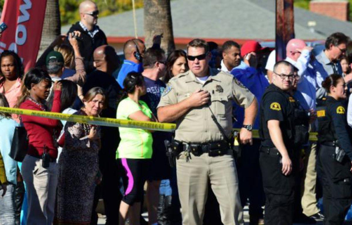 La foule se rassemble derrière un cordon de sécurité à San Bernardino le 2 décembre 2015 – FREDERIC J. BROWN AFP