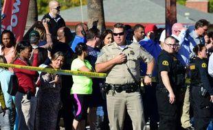 La foule se rassemble derrière un cordon de sécurité à San Bernardino le 2 décembre 2015