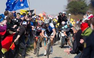 Fabian Cancellara et Sep vanmarcke au milieu du public sur le Paris-Roubaix 2013.