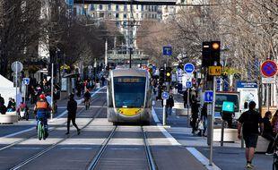 La ligne 1 du tramway (ici sur l'avenue Jean-Médecin devrait également monter dans la vallée du Paillon