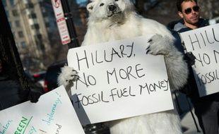 Des militants écologistes manifestent contre le projet d'oléoduc Keystone XL, à Washington le 23 mars 2015