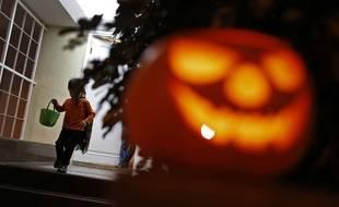 Illustration d'un enfant collectant des bonbons pour Halloween.