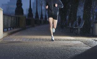 Un homme court à l'aube dans les rues de Londres.