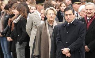En dotant le Quai d'Orsay de trois ministres dont l'inusable Michèle Alliot-Marie, en lieu et place d'un ministre et d'un secrétaire d'Etat, Nicolas Sarkozy cherche à redorer l'image de la France, ternie récemment par les expulsions de Roms.