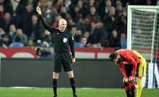 L'arbitre de Rennes-PSG au moment de l'expulsion de Benjamin André, le 16 décembre 2017.