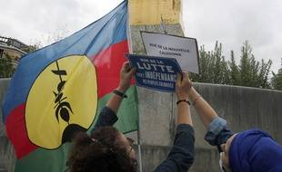 Des militants pour l'indépendance de la Nouvelle-Calédonie rebaptisent une rue de Paris le 5 juillet 2020.
