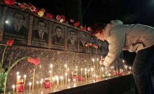 Les Ukrainiens allument des bougies, le 26 avril 2007, en souvenir des pompiers morts après avoir servi durant l'accident de Tchernobyl