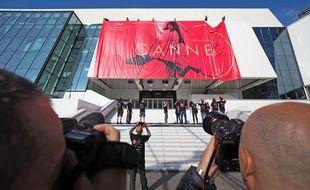 La gigantesque affiche du 70e Festival de Cannes hissée sur le palais