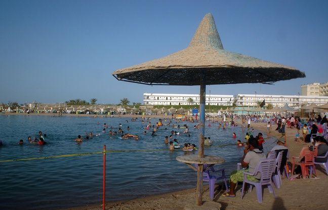 La station balnéaire d'Hurghada, située au bord de la mer rouge, est particulièrement prisée par les touristes.