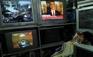 Un Afghan regarde les informations à Kaboul, le 2 mai 2011, jour où la mort d'Oussama ben Laden a été announcée par Barack Obama.