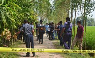 Des policiers bangalais sur le site du meurtre d'un Japonais à Rangpur le 3 octobre 2015