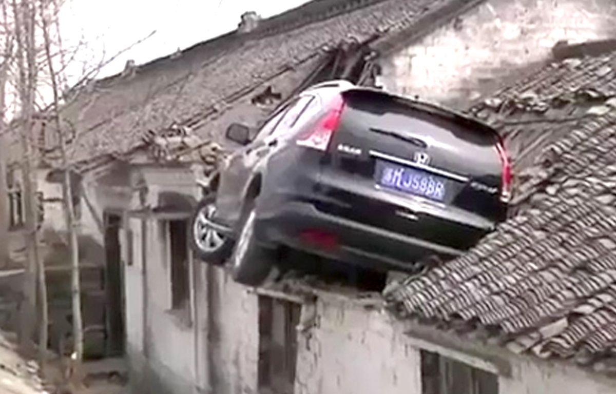 Accidentée, la voiture s'est retrouvée sur un toit – Screenshot CNN