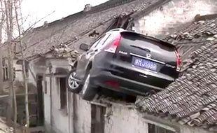 Accidentée, la voiture s'est retrouvée sur un toit