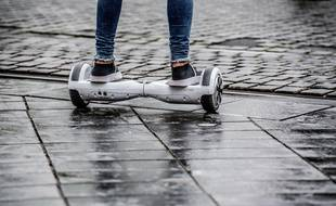 Un adolescent sur un hoverboard (illustration).