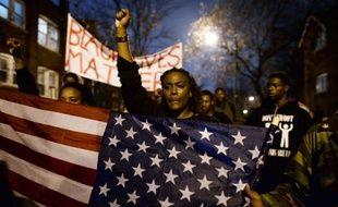 Des manifestants protestent le 23 novembre 2014 à Saint-Louis contre la mort de Michael Brown, un Noir de 18 ans, abattu en août par un policier en plein jour dans une rue de Ferguson