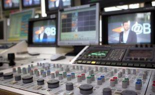 """Les nouvelles chaînes de la TNT gratuite vont émettre ce mercredi à la mi-journée, malgré les cris d'alarme des groupes historiques et des TV locales, démarrant sur une grille éclectique allant d'une rediffusion de """"Julie Lescaut"""" à un documentaire d'aventures en Guyane."""