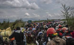 Les habitants de Goma fuyant en catastrophe la ville jeudi 27 mai 2021, après que les autorité ont annoncé un risque d'éruption du volcan Nyiragongo, en (République démocratique du Congo)