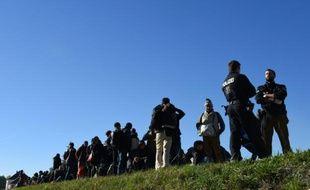 Des migrants attendent de traverser la frontière entre l'Allemagne et l'Autriche à Simbach, le 2 novembre 2015