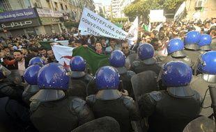 Les Algériens manifestent contre un cinquième mandat du président Abdelaziz Bouteflika.
