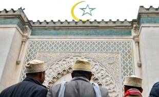 """Le Conseil français du culte musulman (CFCM) a annoncé mercredi qu'il allait diffuser auprès des quelque 2.500 mosquées de France un """"texte solennel"""" condamnant """"sans ambiguïté"""" toute """"forme de violence ou de terrorisme"""" en vue du prêche de vendredi prochain"""